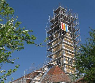 Aussenrüstung des Kirchenschiffs mit Treppenturm und Gerüstverhängung