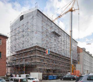 Einrüstung eines großen Gebäudekarrées mit 5000m²